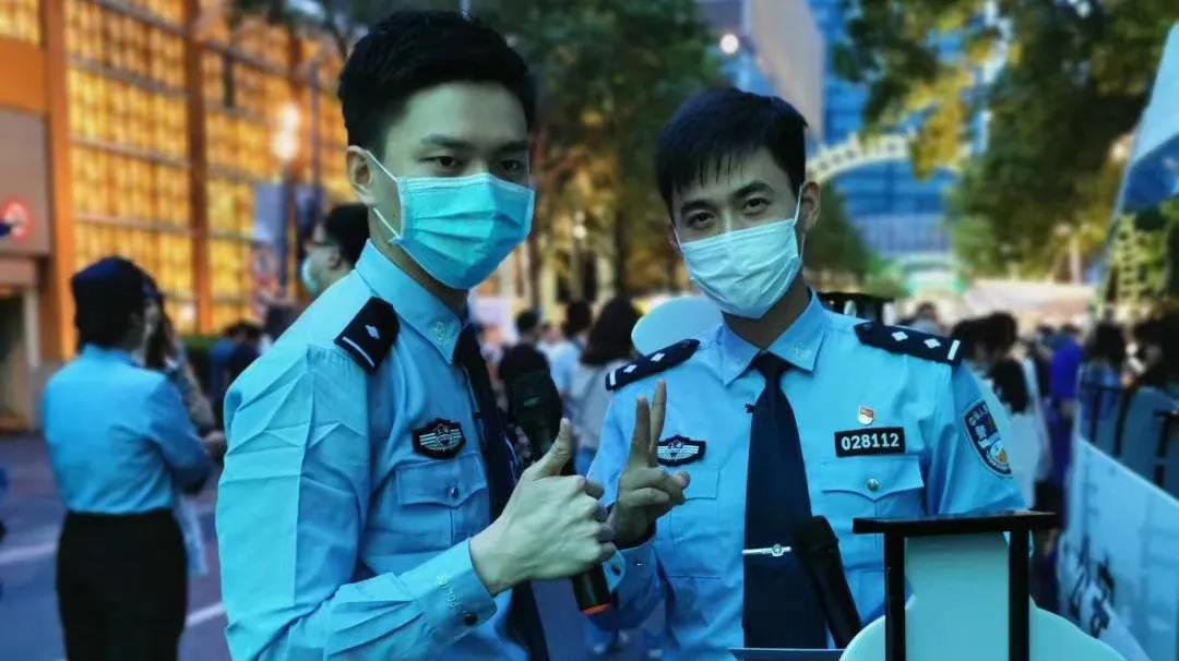 """申城夜市的网红民警组合""""马世奇""""摊位!""""买买买""""的同时把平安带回家吧"""