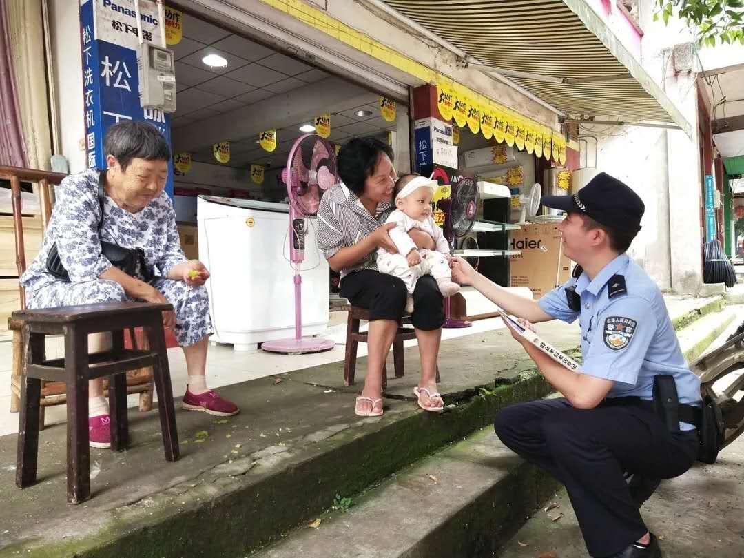 """社区民警""""小彭""""驻进社区,社区群众笑了"""