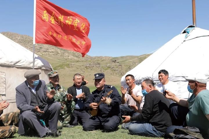 新疆富蕴:两会宣传进牧区