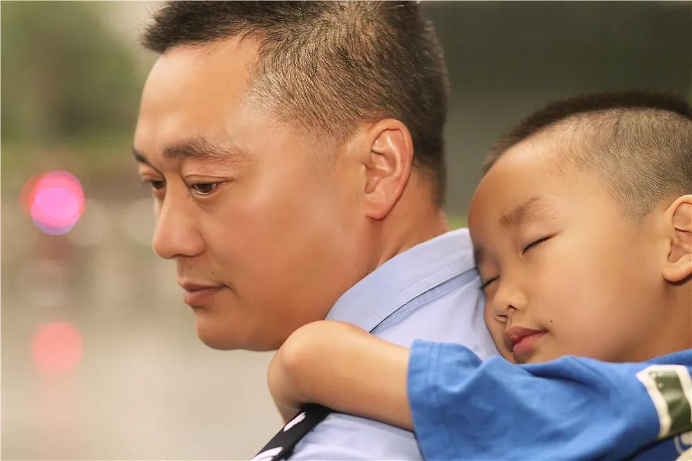 有个警察爸爸是一种什么体验?
