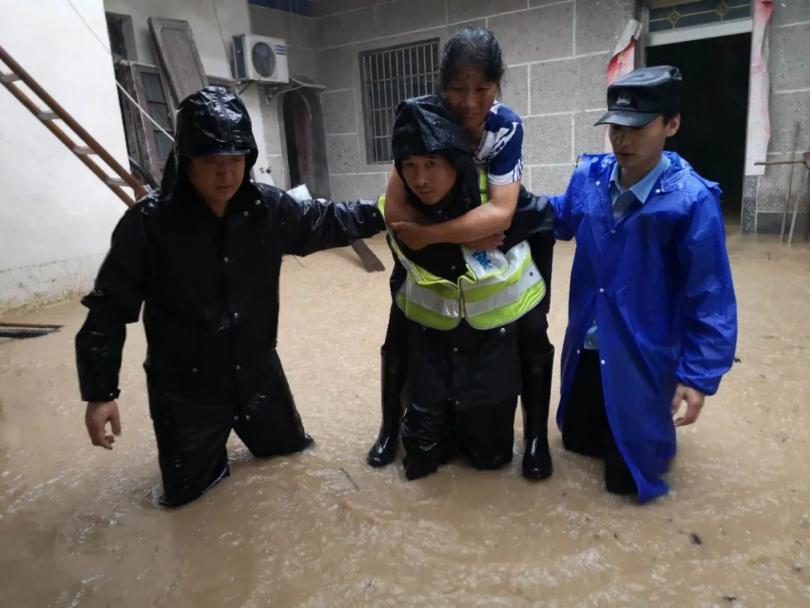 安徽歙县全警投入抗洪抢险