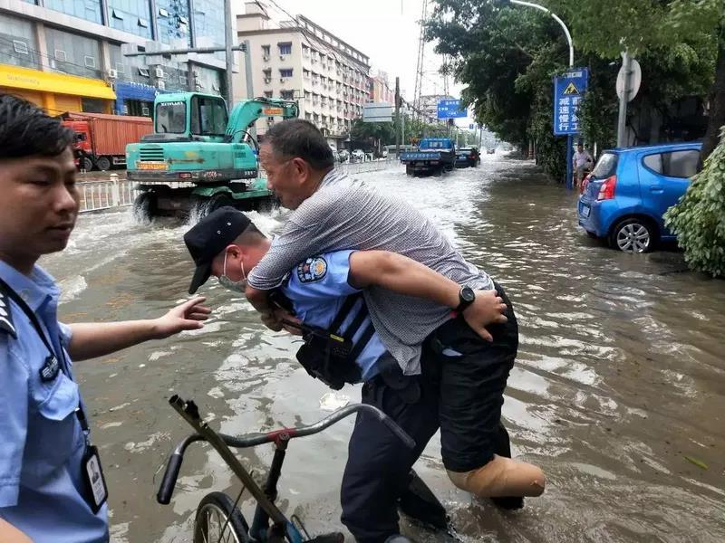 浙江公安――奋战台风显警威