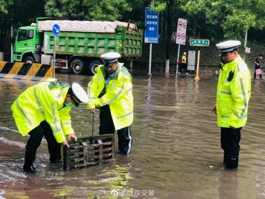 北京警方全力应对强降雨天气 确保群众生命财产安全