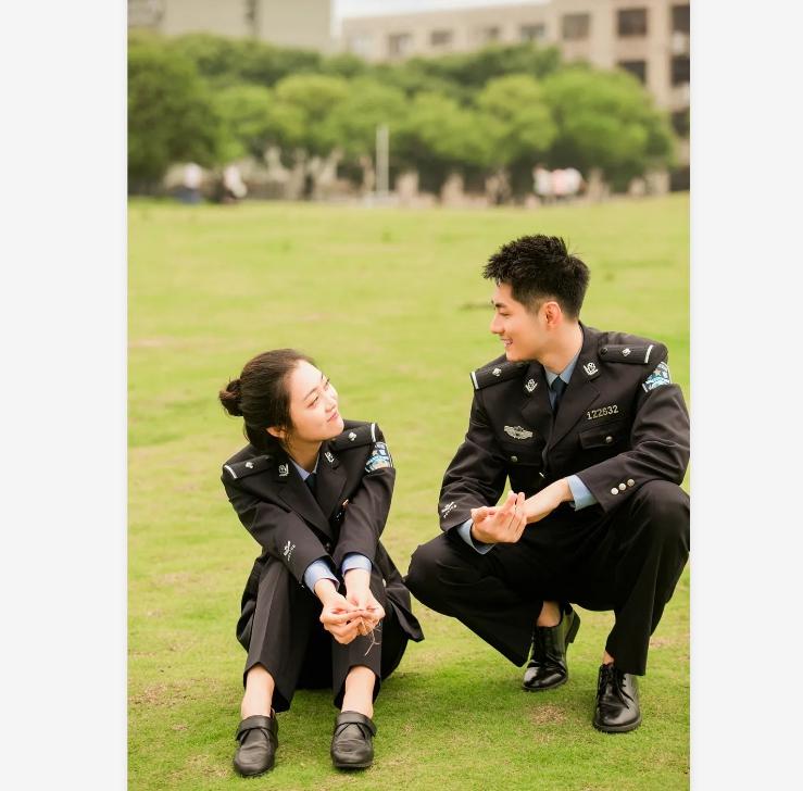 """我们的情侣装是""""警察蓝"""""""