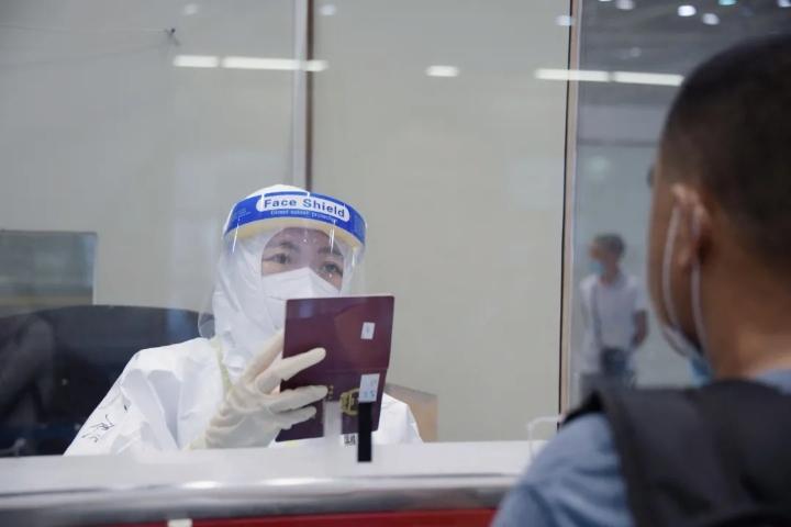 北京恢复直航后的首个国际航班入境